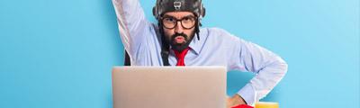 homme devant ordinateur très motivé